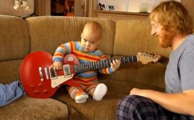 bébé qui joue de la guitare
