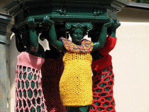 Urban knitting statues femmes