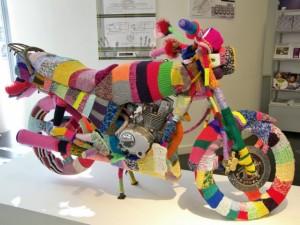 Yarn bombing sur une moto