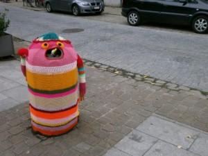 yarn bombing sur une poubelle