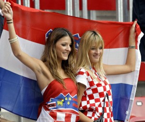 Supportrices croates et drapeau
