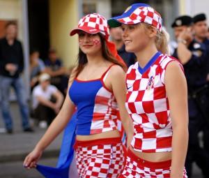 Supportrices croates avec vêtements à carreaux