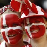 Deux supportrices peintes en rouge et blanc