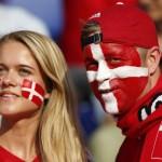 Supportrice du Danemark maquillée en rouge et blanc
