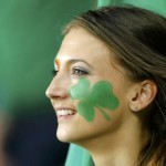 Supportrice irlandaise avec trèfle