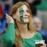 Supportrice irlandaise et drapeau
