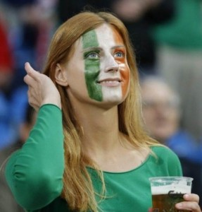 Supportrice irlandaise et drapeau