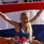 Supportrice des Pays-Bas avec un grand drapeau