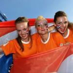 Jolies supportrices enroulées dans le drapeau des Pays-Bas