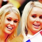 Deux supportrices des Pays-Bas tenant un drapeau
