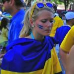 Supportrice suédoise dans un drapeau