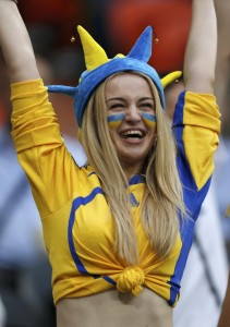 Supportrice de l'Ukraine avec chapeau de fou