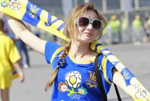 Supportrice Ukraine avec écharpe