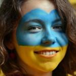 Supportrice ukrainienne au visage peint