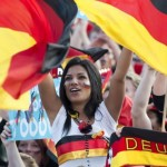 Supportrice allemande lève les bras au ciel
