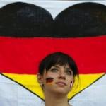 Supportrice allemande devant un coeur