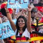 Supportrice allemande les bras levés