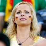 Supportrice allemande concentrée