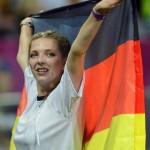 Supportrice allemande avec drapeau