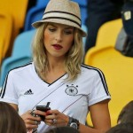 Supportrice allemande rêveuse