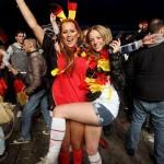 Deux supportrices allemandes font la fête