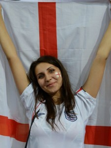 Supportrice anglaise avec drapeau