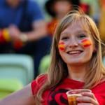 Supportrice espagnole boit un verre