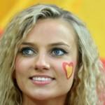 Supportrice espagnole blonde aux yeux bleus