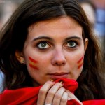 Supportrice espagnole stressée