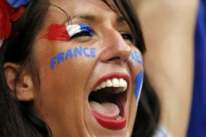 Supportrice crie pour la France