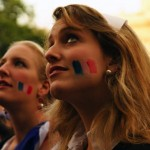 Supportrice blonde concentrée sur le match