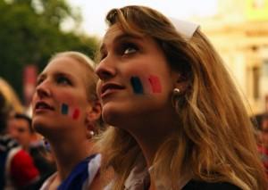 Supportrice blonde concentrée sur le match