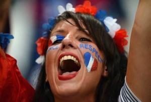 Supportrice criant pour la France