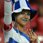 Supportrice grecque à chapeau