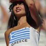 Supportrice grecque habillée avec le drapeau