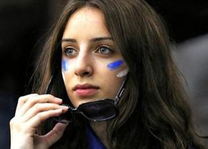 Supportrice grecque brune