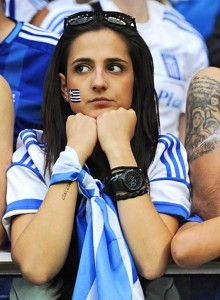 Supportrice grecque fait la tête