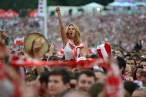 Supportrice de la Pologne portée au sommet