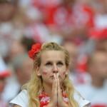 Supportrice polonaise faisant un prière