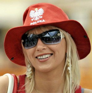 Supportrice blonde à chapeau rouge