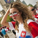 Supportrice polonaise aux longs cheveux
