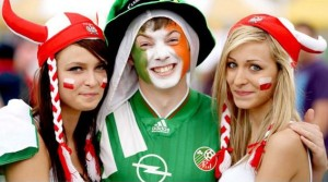 Deux jolies supportrices polonaises faisant un heureux
