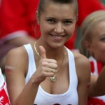 Supportrice polonaise : pouce levé