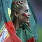 Supportrice du Portugal enroulée dans une drapeau