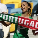 Supportrice du Portugal en train de chanter