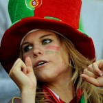 Supportrice portugaise avec chapeau