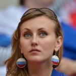 Supportrice russe avec boucles d'oreille