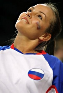Supportrice russe serrant les lèvres