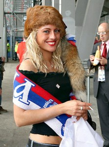 Supportrice russe avec le chapeau traditionnel