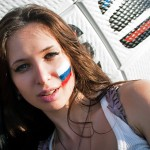 Supportrice russe posant pour la photo